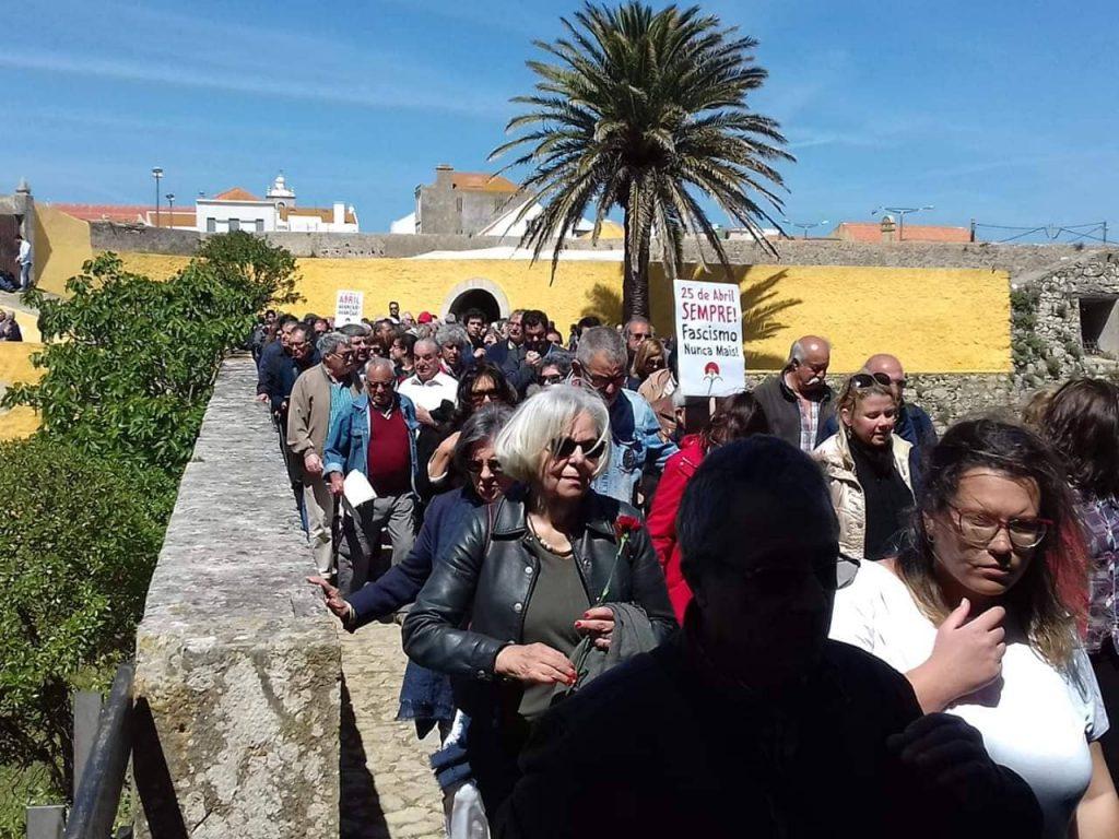 """През целия ден не секна потокът от хора, прииждащи, за да почетат героите от антифашистката съпротива. На плаката пише: """"25 април завинаги. Никога повече фашизъм"""". Снимка: Пауло Тожейра"""