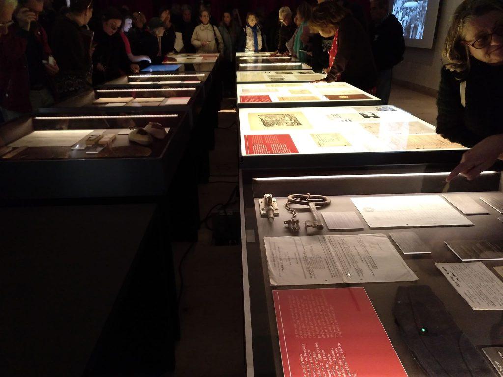 Посетители разглеждат документи от музейната сбирка в Пенише. Снимка: Пауло Тожейра