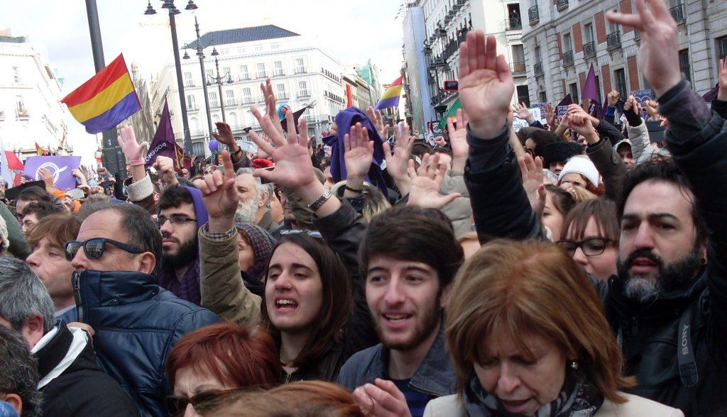 """Част от 300-хилядното множество на площад """"Пуерта дел Сол"""" на митинга на подемос на 31 януари 2015 г. Вееха се и знамена от времето на Испанската република. Снимка: Къдринка Къдринова"""