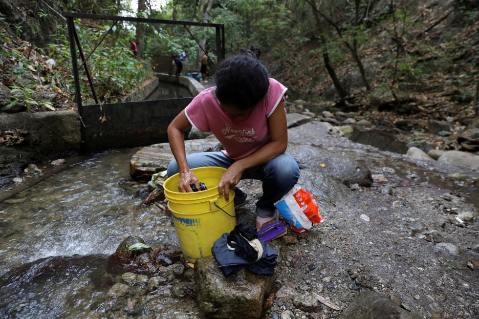 Жена пере в поточе на планината Уарайра Репано край Каракас, обявена за национален парк. Снимка: EFE