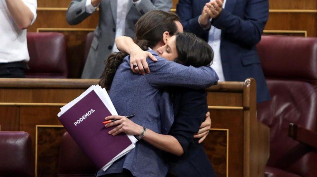 Поредна гореща прегръдка на Пабло Иглесиас за Ирене Монтеро след нейно пламенно изказване от парламентарната трибуна. Снимка: El Periodico