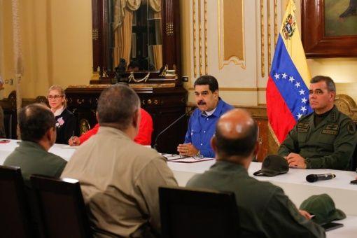 """Президентът Николас Мадуро направи изавленията си """"на живо"""" по време на заседане на правителството, на което до него седеше военният министър Владимир Падрино Лопес. Снимка: TeleSur"""