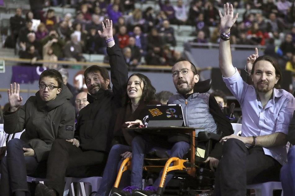 """На втория конгрес на """"Подемос"""" през 2017 г., известен като """"Висталегре 2"""", освен Пабло Иглесиас в ръководството влизат още Пабло Еченике (в инвалидния стол), Ирене Монтеро (в средата) и Рафаел Майорал (вторият отляво). На Иниго Ерехон (крайният влаво) е обещано, че ще е кендидат на партията за шеф на Община Мадрид. Снимка: EFE"""
