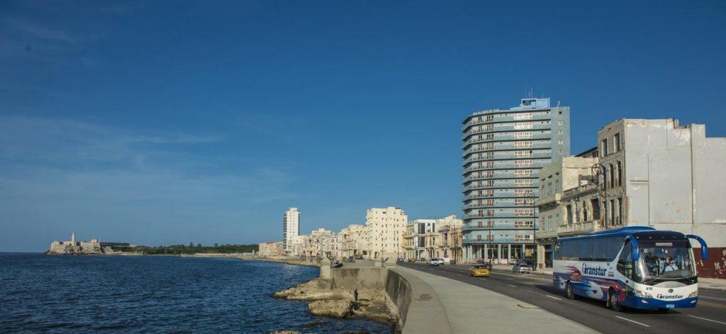 """Хотел """"Довил"""" (небесносинята сграда) в Хавана е с френско участие."""