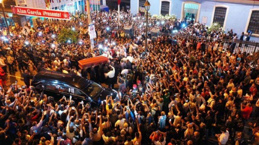 Хиляди души изпратиха в последния му път Алан Гарсия след поклонението в централата на партията му APRA. Снимка: El Comercio