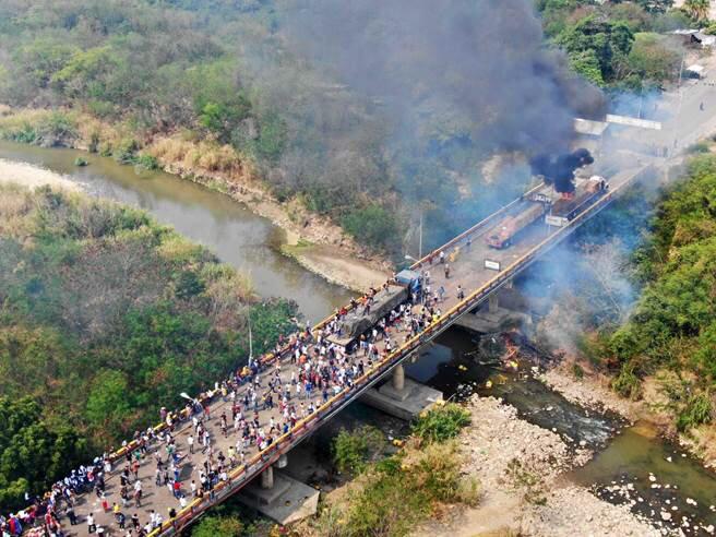 Пламналият камион на моста между Колумбия и Венесуела на 23 февруари т. г. Снимка: Twitter