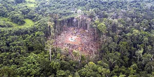 """Такава """"дупка"""" в еквадорската джунгла оставя ударът на колумбийската армия с """"умни бомби"""" по скрит там лагер на партизани от ФАРК през 2008 г. Снимка: El Tiempo"""