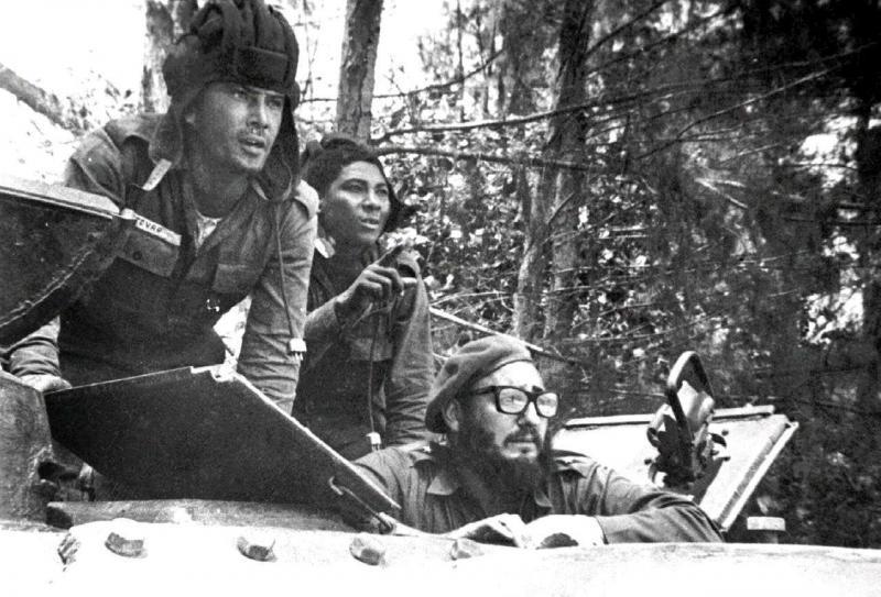 Битката срещу нашествениците от Залива на свинете се ръководи лично от Фидел Кастро (с очилата). Снимка: Pensando Americas