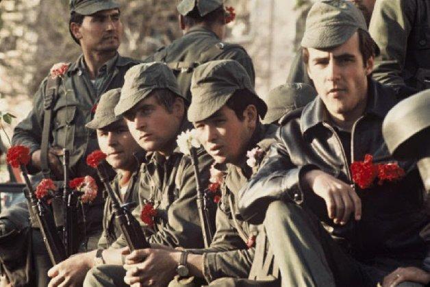 """Участници в """"революцията на карамфилите"""" в Португалия от Движението на капитаните. 25 април 1974 г. Снимка: cruseiroFM"""
