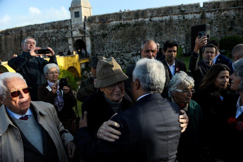 Премиерът Антонио Коща прегърна всеки от присъствалите на церемонията в Пенише ветерани на антифашистката съпротива. Снимка: sapo.io