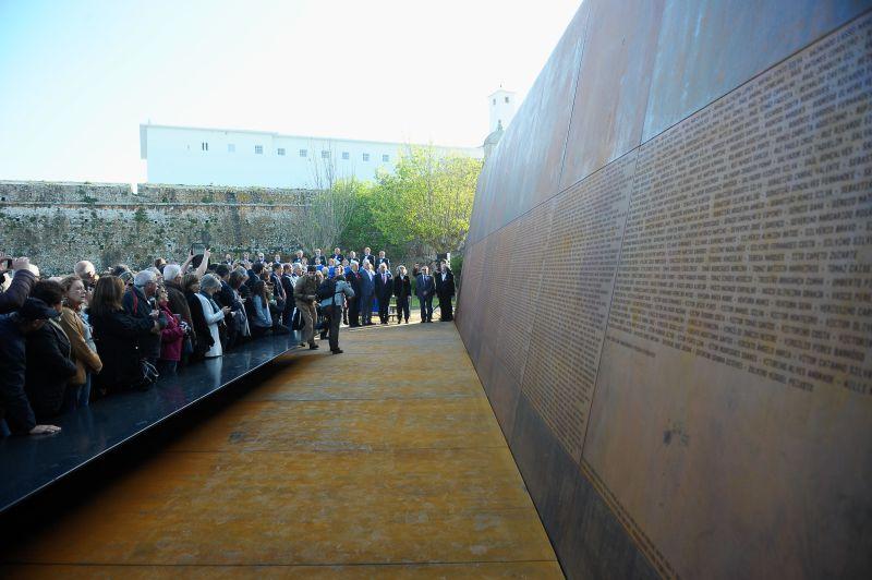 На тази мемориална стена са изписани имената на над 2500 затворници, които са преминали през Пенише в годините на диктатурата. Тя бе открита от премиера Антонио Коща. Снимка: sapo24