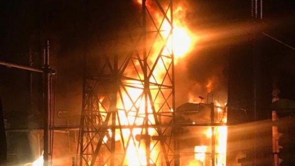 Пламването на тази ключова инсталация в двора на ВЕЦ-а край язовира Гури е било предизвикано от снайперистки изстрел в определена, уязвима точка. Снимка: TeleSur