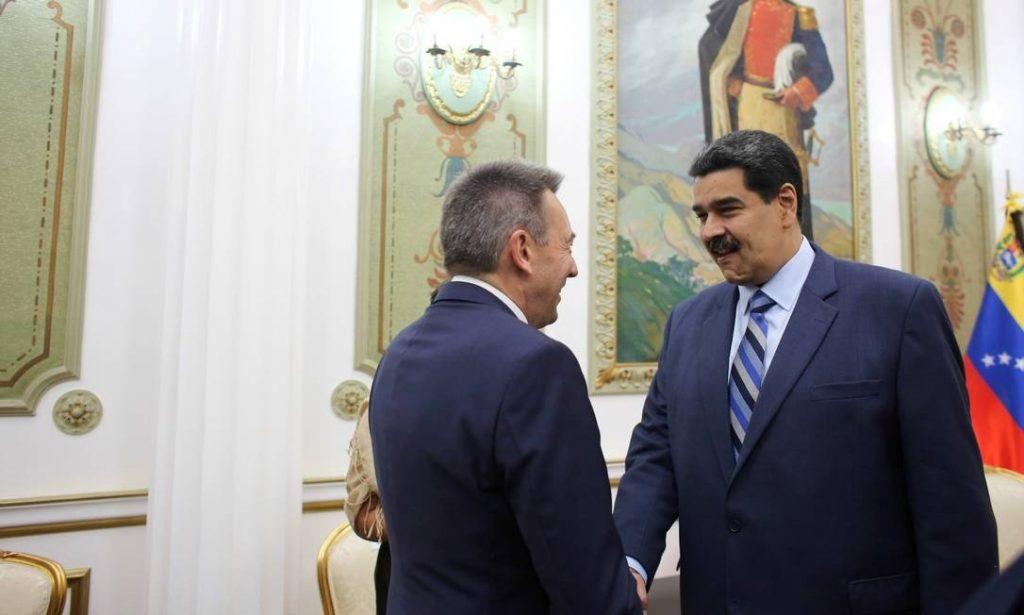 """Николас Мадуро прие в президентския дворец """"Мирафлорес"""" на 10 април т.г. председателя на Международния Червен кръст и Червен полумесец Петер Маурур. Снимка: Prensa Presidencial"""