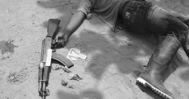 Постановка с труп на цивилна жертва, представяне от военните като въстаник, убит в битка. Снимка: Semana