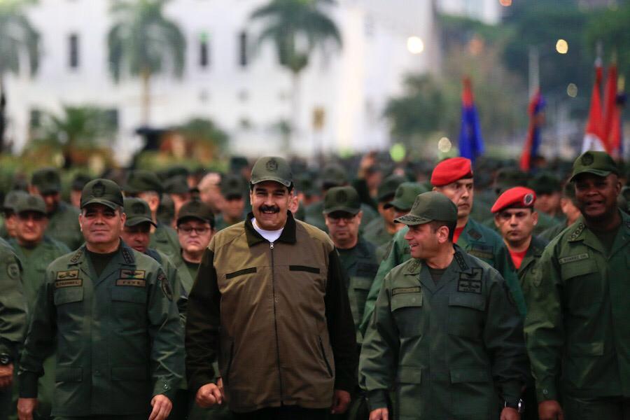 Николас Мадуро (в центъра) заедно с Владимир Падрино Лопес (вляво от него)и Рихилио Себайо (вдясно) вървят из Тюна начело на 4500 военни. Снимка: Prensa Presidencial