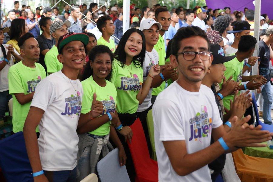 """Младежи, участвали в срещата с Николас Мадуро, на която бяха обявени нови инвестиции в социалната програма """"Младежка бразда"""". Снимка: AVN"""