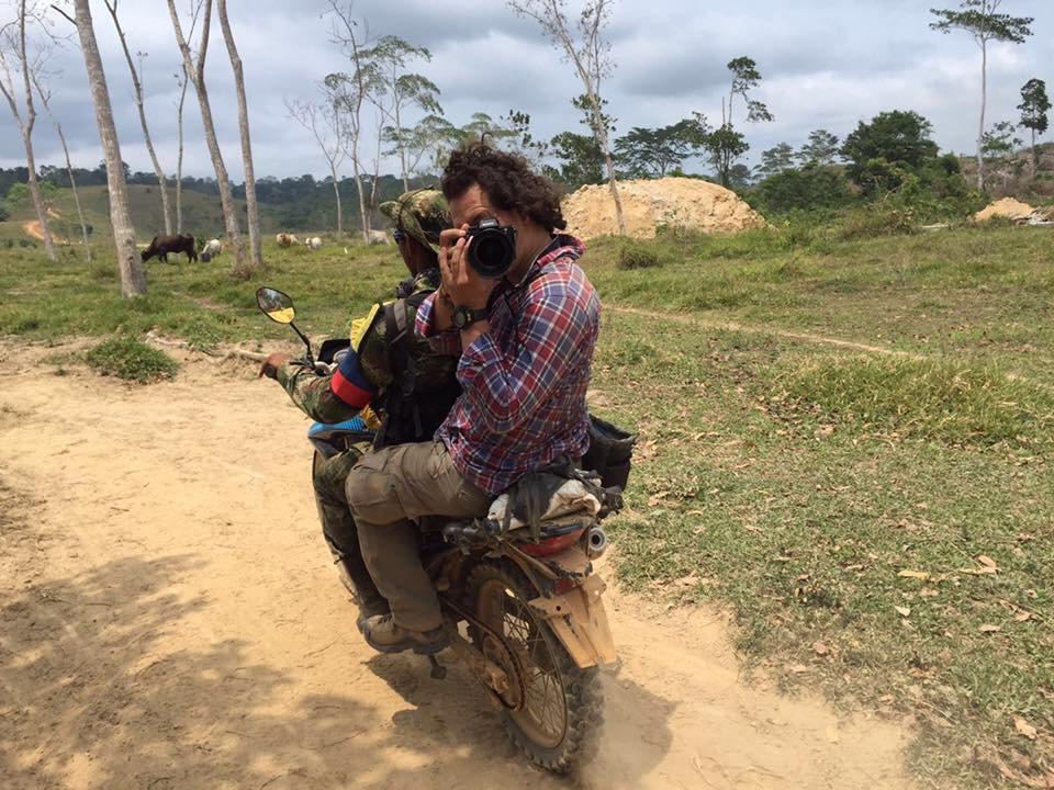 Една от пуснатите от дясната сенаторка Мария Фернанда Кабал снимки на американския журналист Никълъс Кейси (с фотоапарата) от репортажите му за лагерите на FARC през 2016-та, по време на подготовката на мирното споразумение. Снимка: Туитър
