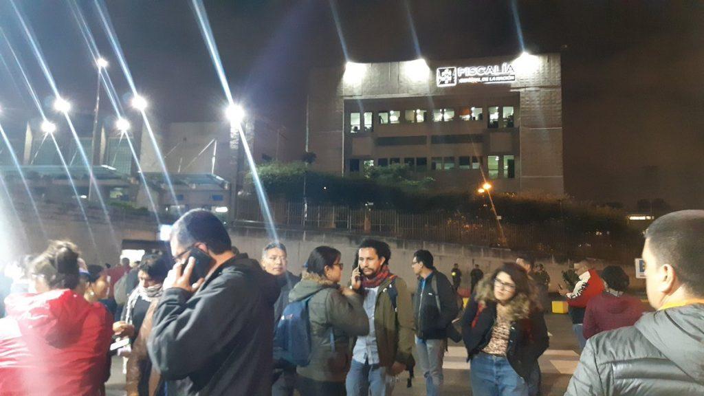 Журналисти чакат вести за Сатрич край сградата на прокуратурата в Богота. Снимка: Туитър