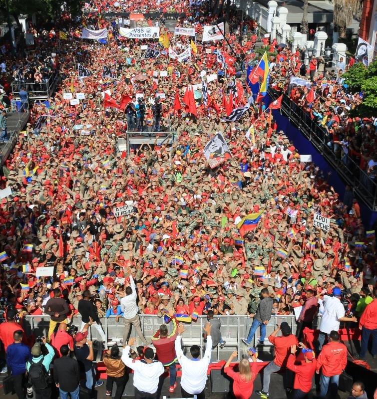 """След шествие из Каракас привържениците на Мадуро се събраха на митинг край президентския дворец """"Мипафлорес"""". Снимка: Prensa Presidencial"""