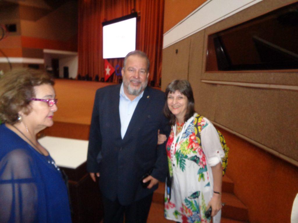 """Министър Мануел Мареро Крус с пратеничката на """"Барикада"""" в Хавана."""