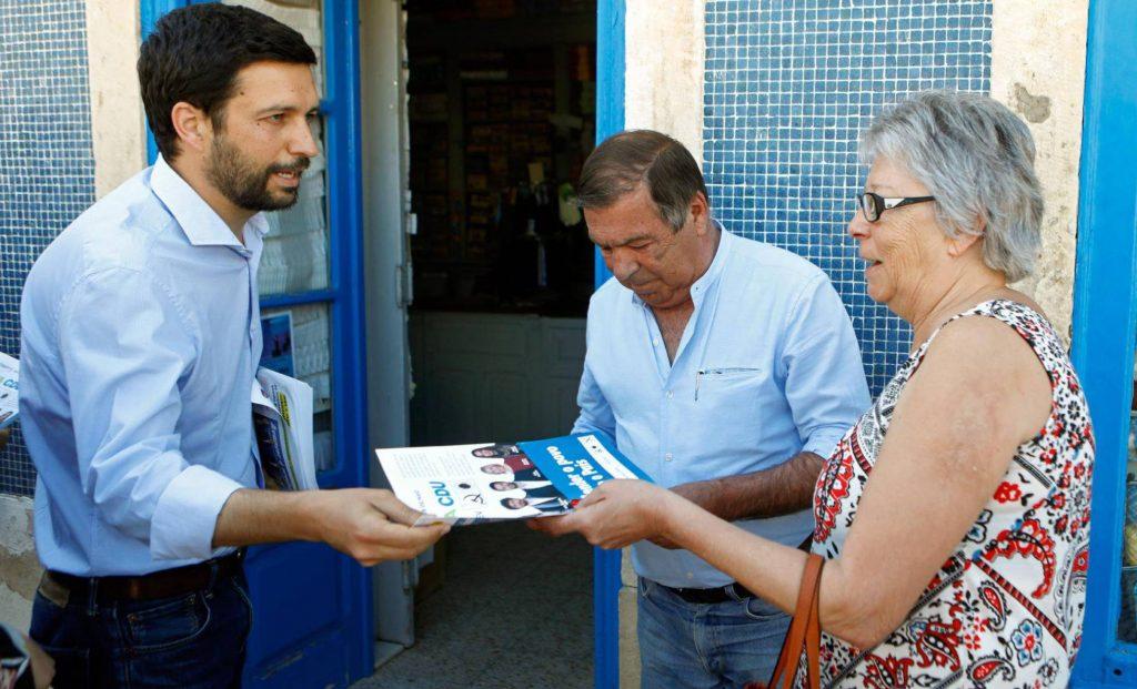Жоао Ферейра, водач на листата за евроизборите на коалицията между комунистите и зелените, раздава свои агитационни материали на жители на град Монтижу в централната част на Португалия. Снимка: EFE