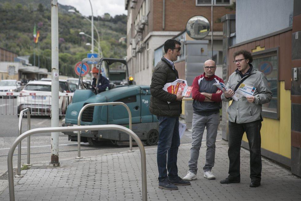 Синдикалисти край входа в Металургичния завод в Терни. Снимка: El Pais