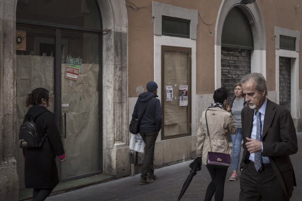 """По улица """"Рим"""" в Терни е пълно с надписи """"продава се"""" и """"дава се под наем"""". Снимка: El Pais"""