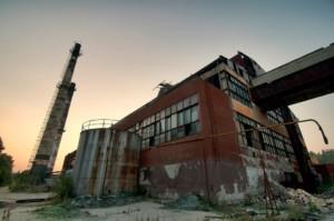 Изоставена фабрика за стъкло край Елена