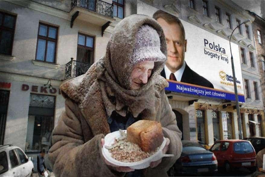 """На фона, вдясно, се вижда изборния плакат на Доналд Туск, бивш премиер на Полша, понастоящем председател на Съвета на Европа. Лозунгът гласи: """"Полша - богата държава"""" и долу - """"Най-важен е човекът""""."""