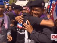 Полицаи и протестиращи се прегръщат в знак на подкрепа