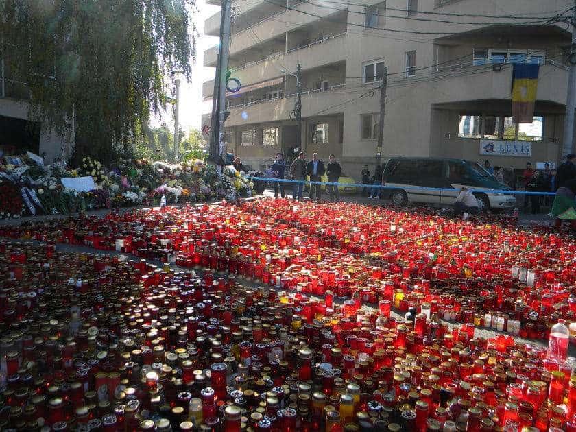 """Mii de lumănări, lasate de la cetațeni Bucureștului în memoria decedaților în clubul """"Colectiv"""" (sursă: Wikipedia)"""