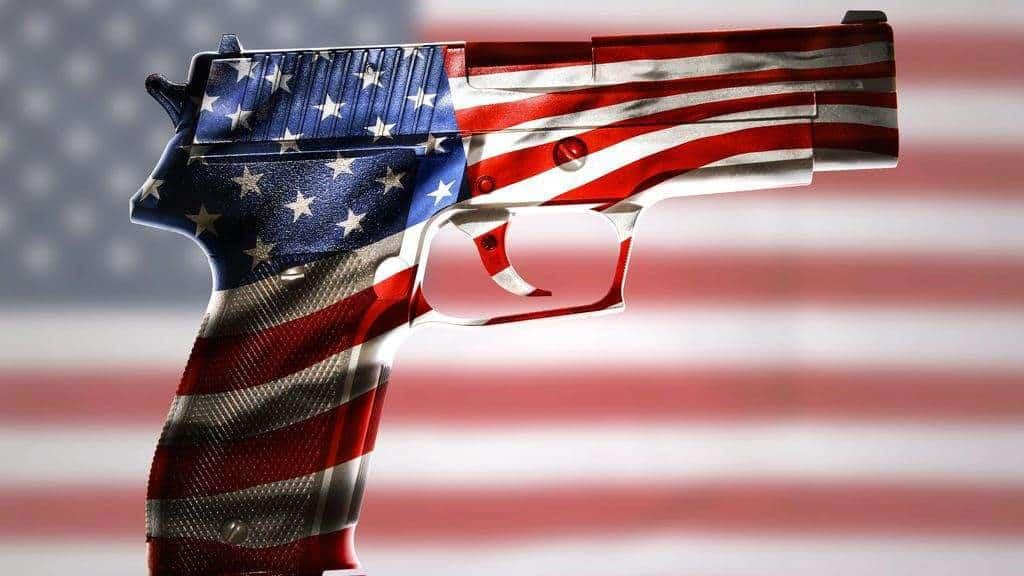 Пистолет, на фона американското знаме.