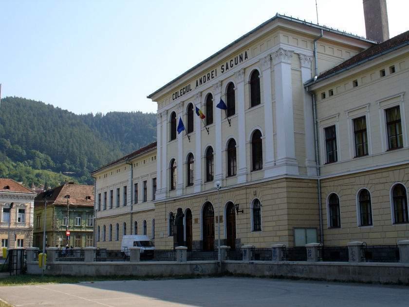 """Colegiul """"Andrei Saguna"""" în Brașov – un din cei mai elite școli din România. Însă elevi de la locuințele mici nu au șanse să ajungă la universitate. (sursă: Wikipedia)"""