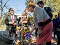 Президентката на Чили Мишел Бачелет поднася цветя на лобното място на Орландо Летелиер и Рони Мофит във Вашингтон. Край нея са членове на семейството на Летелиер.