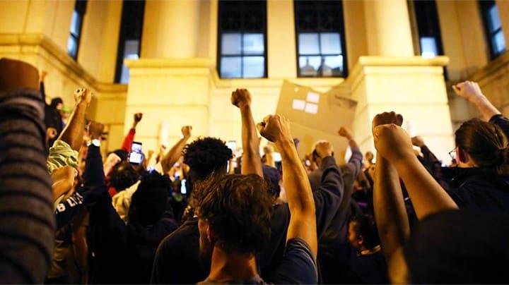 Протестиращи срещу полицейското насилие пред централата на полицията в Шарлот
