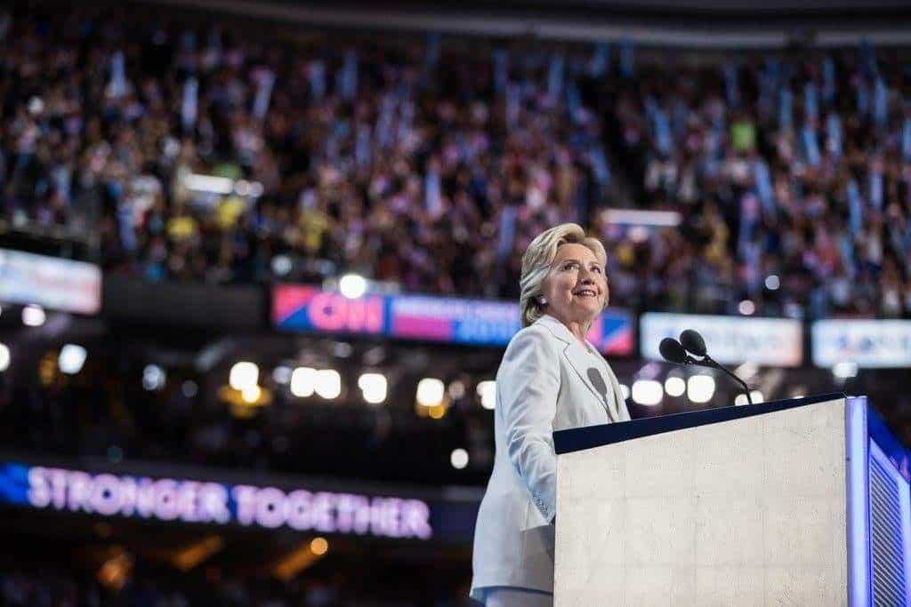 Хилъри Клинтън държи пресата в малкия си джоб