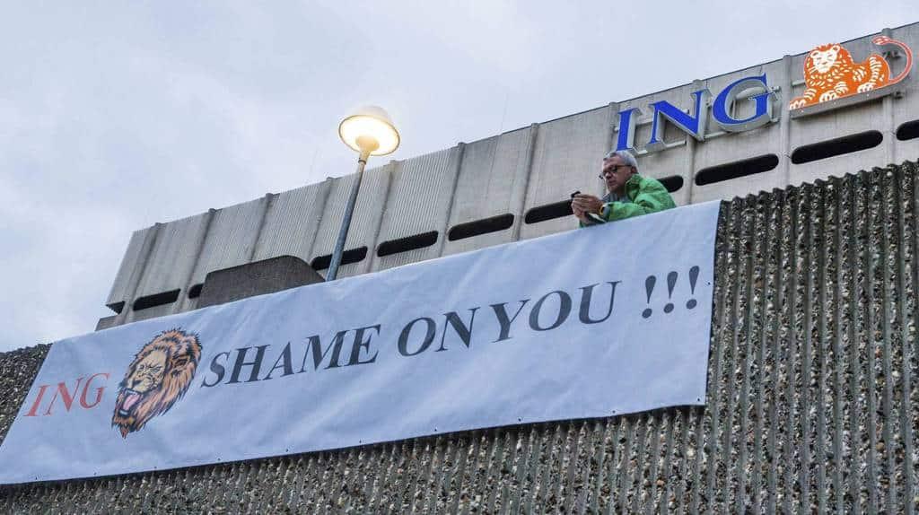 """""""Засрамете се!"""" - с такъв плакат, опънат на сградата на ING в Брюксел реагираха служителите там на вестта за предстоящите уволнения."""