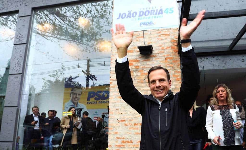 Новият кмет на Сао Пауло Жоао Дориа-младши приветства привърженици след изборната си победа