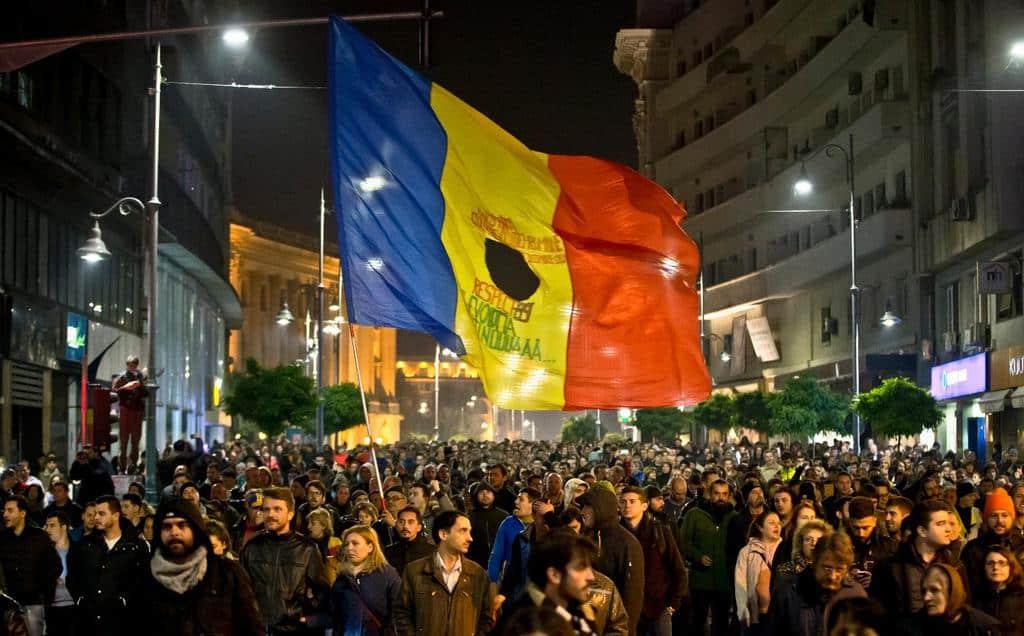 """Протестите след трагедията в клуб """"Колектив"""" в Букурещ доведоха до падането на правителството на Виктор Понта и са считани за преломен момент в утвърждаването на антикорупцията като политическо движение"""