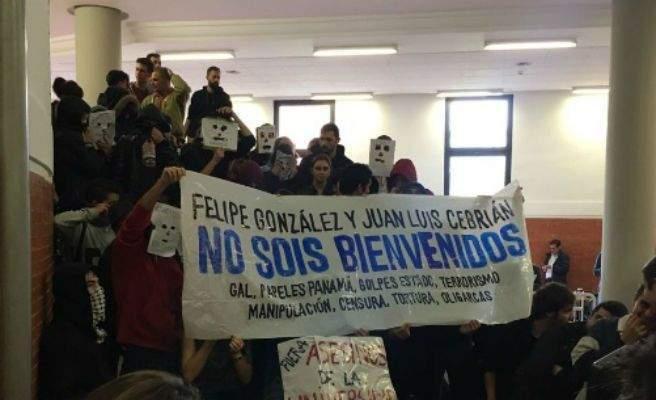 """""""Фелипе Гонсалес и Хуан Луис Себриан, НЕ СТЕ ДОБРЕ ДОШЛИ"""", пише на плаката, разпънат от протестиращите пред аулата в Автономния университет на Мадрид"""