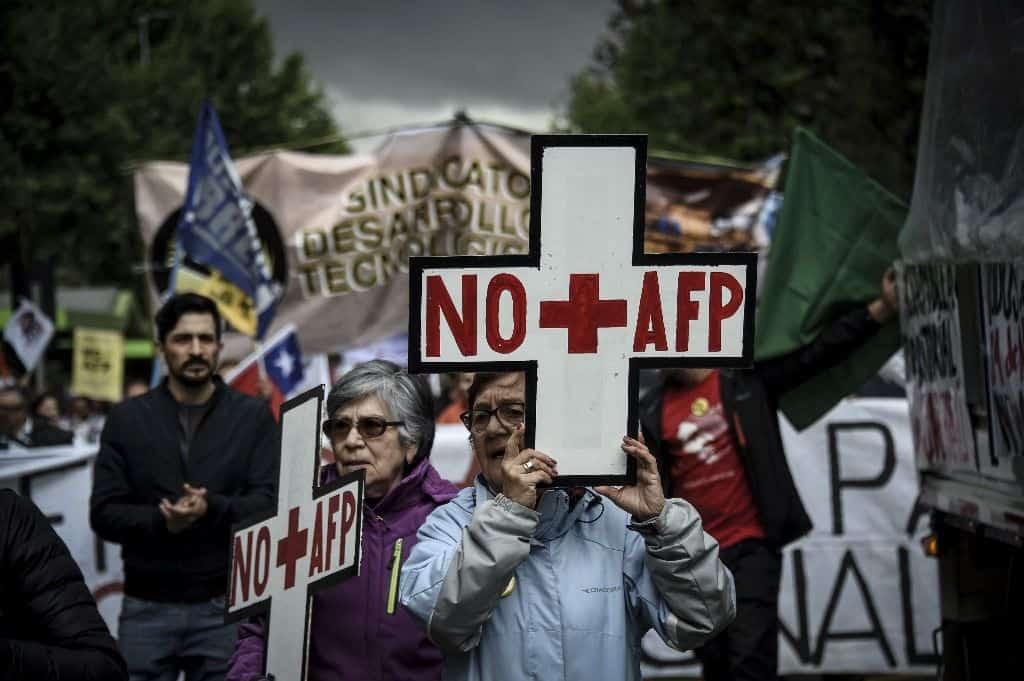 """AFP е абревиатурата на частните пенсионни фондове в Чили. Лозунгът NO más AFP (""""Стига вече АФП"""") често се изписва и като NO + AFP - защото на испански думата más означава и """"плюс""""."""