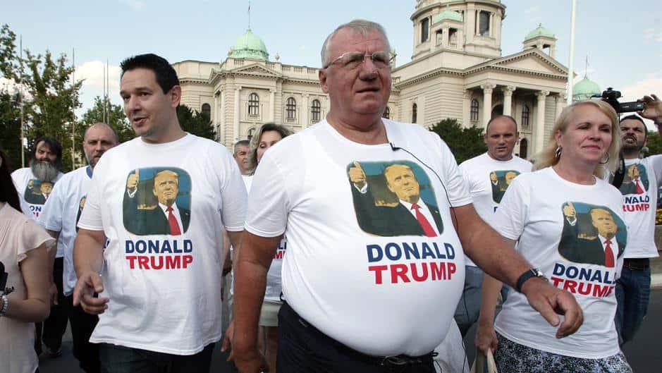 Воислав Шешел през август т.г. поведе своята Радикална партия да скандира за Доналд Тръмп из Белград в знак на протест срещу посещението тогава на американския вицепрезидент Джо Байдън