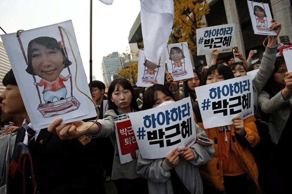 Студентска демонстрация в Сеул с искане за оставка на президентката Пак Кън Хе