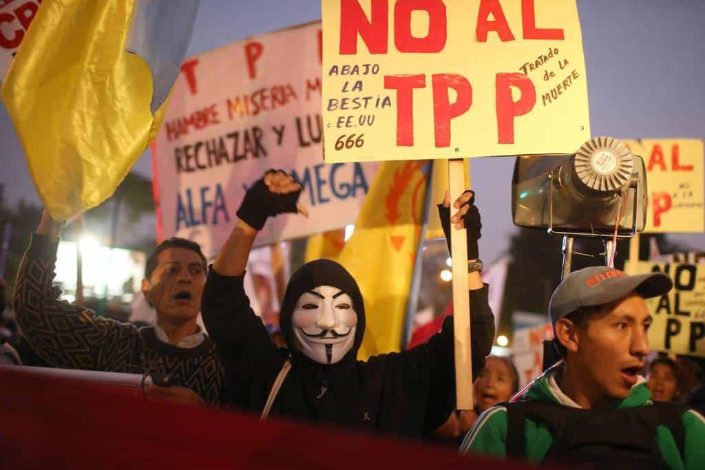 """""""НЕ на ТРР - договора на смъртта"""" и """"Долу Звяра САЩ - 666"""" - пише на плаката най-отпред, издигнат на демонстрация в Лима, Перу, срещу ТРР"""