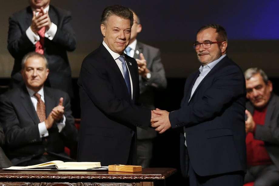 Президентът на Колумбия Хуан Мануел Сантос и представителят на ФАРК Родриго Лондоньо подписаха в Богота втори и окончателен вариант на мирното споразумение
