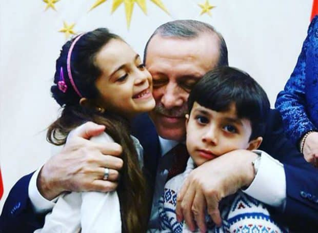Докато Реджеп Ердоган гушкаше показно twitter звездата Бана от Алепо, турски бомбардировки са убили поне 24 деца в съседния град Ал Баб