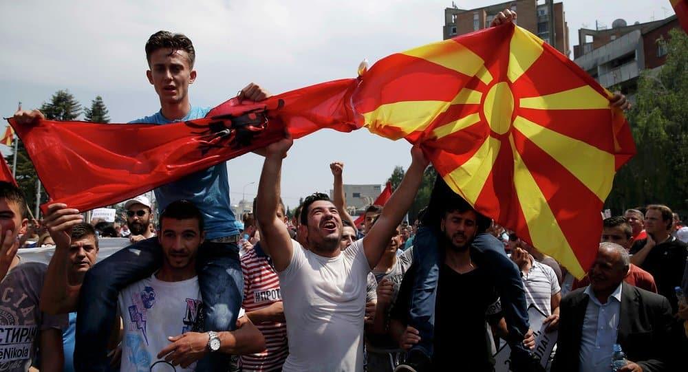 Албанските знамена се веят до македонските на всички протестни митинги, както личи и на тази снимка от миналогодишното лято