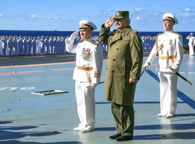 """Генерал Халифа Хафтар по време на посещението му на руския самолетоносач """"Адмирал Кузнецов"""""""