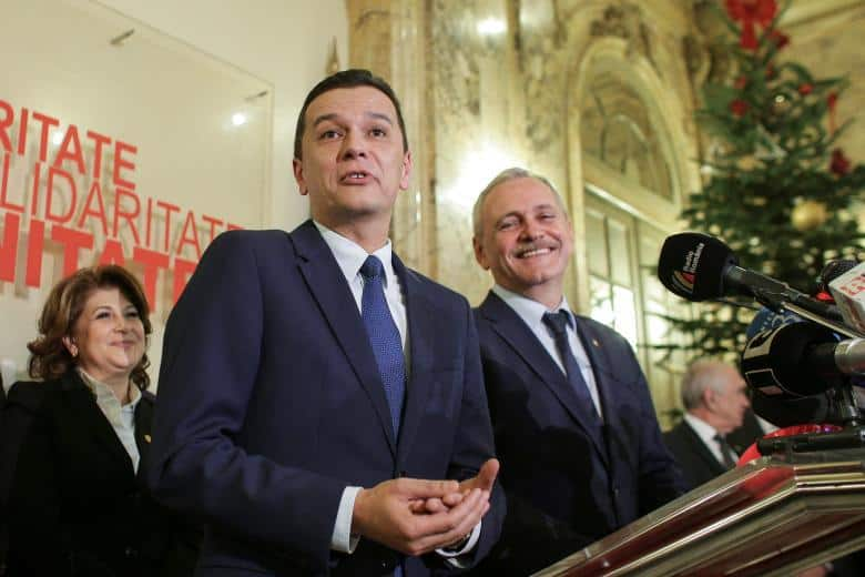 Новият румънски премиер е Сорин Гриндяну (на преден план), но всички смятат, че конците се дърпат от Ливиу Драгня (вдясно)