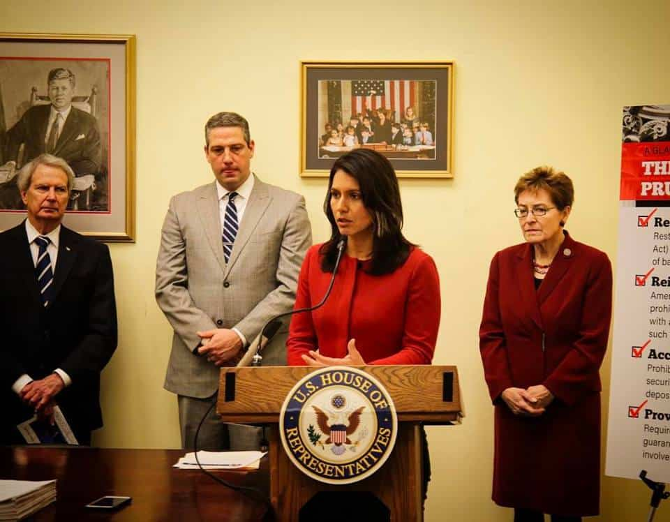 Тулси Габард участва и в двупартийна инициатива за възстановяване на финансовите регулации Глас-Стийгъл Снимка: https://www.facebook.com/RepTulsiGabbard/